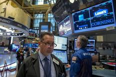 Operadores trabajando en la Bolsa de Nueva York, 23 de septiembre de 2015. Las acciones cerraron con fuertes alzas el miércoles en la bolsa de Nueva York, en una sesión en la que los inversores buscaron oportunidades entre papeles golpeados y el sector biotecnológico rebotó, pero de todas maneras el mercado registró su peor trimestre desde 2011. REUTERS/Brendan McDermid