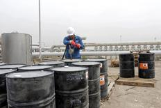 Un hombre trabaja en el campo petrolero West Qurna, en Basra, Irak, 13 de octubre de 2014.  Las exportaciones de crudo de Irak cayeron en septiembre a un promedio de 3,052 millones de barriles por día (bpd), desde 3,078 bpd el mes previo, dijo el jueves el Ministerio de Petróleo. REUTERS/Essam Al-Sudani