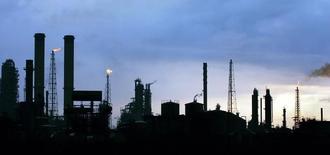 Vista general de la refinería de petróleo venezolana Amuay, en Punto Fijo, al oeste de Caracas, 18 de mayo de 2006.  Un apagón afectaba el jueves el Centro de Refinación de Paraguaná (CRP), el más grande de Venezuela, ubicado en la costa occidental del país, dijeron a Reuters dos trabajadores de la instalación. REUTERS/Jorge Silva