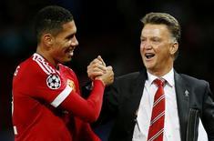 Técnico do Manchester United, Louis van Gaal, cumprimento Chris Smalling após vitória sobre Wolfsburg. 30/09/2015 Action Images via Reuters / Lee Smith