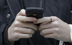 Les députés français ont adopté jeudi une proposition de loi qui légalise la surveillance des communications internationales après la censure par le Conseil constitutionnel, le 23 juillet dernier, du dispositif contenu dans la loi sur le renseignement. /Photo d'archives/REUTERS/Luke MacGregor
