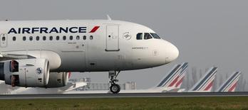 Le conseil d'administration d'Air France-KLM a mandaté jeudi la direction d'Air France pour mettre en oeuvre un plan de restructuration après l'échec des négociations avec les syndicats de pilotes sur son plan Perform 2020. /Photo d'archives/REUTERS/Gonzalo Fuentes