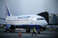 La compagnie aérienne publique russe Aeroflot a annoncé qu'elle ne procéderait pas à l'acquisition de 75% de sa concurrente Transaero, les actionnaires de cette dernière n'ayant pas respecté les délais pour entériner l'offre. Cette décision laisse la deuxième compagnie aérienne russe au bord de la faillite. /Photo prise le 25 septembre 2015/REUTERS/Valentyn Ogirenko