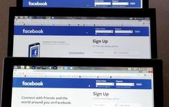 La página de entrada a Facebook, vista en tres pantallas, el 28 de julio de 2015 en Colorado (EEUU). Facebook Inc lanzó actualizaciones para perfiles en dispositivos móviles que les permiten a los usuarios personalizar mejor el sitio y controlar con más facilidad sus configuraciones de seguridad. REUTERS/Rick Wilking