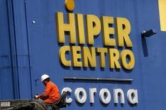 Un trabajador es visto en frente del logo de la compañía Grupo Corona en Bogotá, Colombia, 1 de octubre de 2015. El colombiano Grupo Corona y Cementos Molins de España firmaron un acuerdo para construir una planta de producción de cemento en el país sudamericano con inversiones por 370 millones de dólares, informó el jueves un ejecutivo de la primera empresa. REUTERS/John Vizcaino