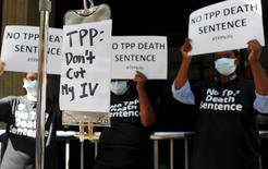 Manifestantes protestan a las afueras del hotel donde se celebra la reunión de ministros del acuerdo Trans-Pacífico en Atlanta, Georgia, 30 de septiembre de 2015.  REUTERS/Tami Chappell