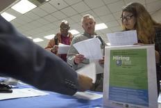 Personas buscan empleo en una feria de trabajo para los indigentes, en Los Ángeles, California, 4 de junio de 2015. Los empleadores estadounidenses probablemente añadieron empleos a un ritmo más acelerado en septiembre, una señal de que el mercado laboral está cerca de un fortalecimiento pleno, lo que podría impulsar a la Reserva Federal a subir las tasas de interés en uno de sus dos encuentros restantes del año. REUTERS/David McNew