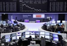 Operadores trabajando en la Bolsa de Fráncfort, Alemania, 1 de octubre de 2015. Las bolsas europeas abrieron al alza el viernes con avances en todos los sectores, mientras los inversores esperan los datos de empleo en Estados Unidos que se publicarán más tarde en el día en busca de pistas sobre el momento en que la Fed subirá las tasas de interés. REUTERS/Staff/remote