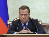"""El primer ministro ruso Dmitry Medvedev, en una reuniòn con miembros del Gobierno, en Moscú, Rusia, 13 de agosto de 2015.  Los precios del petróleo se mantendrían en sus actuales niveles bajos por """"mucho tiempo"""", dijo el primer ministro ruso Dmitry Medvedev en un discurso el viernes. REUTERS/Dmitry Astakhov/RIA Novosti/Pool    ATENCION EDITORES: ESTA FOTO FUE SUMINISTRADA POR UN TERCERO. REUTERS NO PUDO VERIFICAR DE MANERA INDEPENDIENTE SU AUTENTICIDAD, CONTENIDO, UBICACION O FECHA. ESTA FOTO ES DISTRIBUIDA EXACTAMENTE COMO FUE RECIBIDA POR REUTERS, COMO UN SERVICIO A CLIENTES. NO PARA VENTAS NI PARA ARCHIVOS. SOLO PARA USO EDITORIAL. NO PARA VENTAS PARA MERCADEO O CAMPAÑAS PUBLICITARIAS"""
