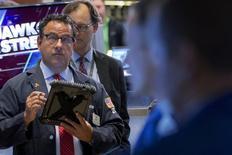 Operadores trabajando en la Bolsa de Nueva York, 30 de septiembre de 2015.  Wall Street abrió con una fuerte caída el viernes, después de que un dato que mostró un aumento menor de lo esperado en las nóminas no agrícolas en septiembre levantara dudas sobre si la economía estadounidense está lo suficientemente fuerte como para que la Fed suba sus tasas de interés este año. REUTERS/Brendan McDermid