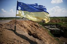Флаг Украины рядом с позицией правительственных сил близ Марьинки. 5 июня 2015 года. Украина начала отводить танки и легкую артиллерию с линии фронта в Луганске, согласно недавнему соглашению с пророссийскими сепаратистами, сообщили военные власти Украины в понедельник. REUTERS/Gleb Garanich