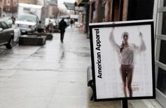 Реклама American Apparel у магазина в Нью-Йорке. 1 апреля 2011 года. Американский производитель и продавец одежды American Apparel Inc подал иск о банкротстве в понедельник. REUTERS/Lucas Jackson