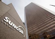 El logo de Suncor Energy afuera de su oficina principal en Calgary, Alberta, 2 de octubre de 2009. Suncor Energy lanzó una oferta hostil por la firma Canadian Oil Sands en momentos en que la caída del petróleo alienta una consolidación en la industria de arenas petrolíferas de Canadá, que tiene uno de los costos operacionales más altos y los precios más bajos del mundo. REUTERS/Todd Korol
