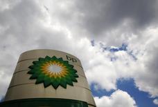 Le département de la Justice des Etats-Unis a passé un accord de plus de 20 milliards de dollars avec le groupe pétrolier britannique BP pour clore l'affaire Deepwater Horizon, plate-forme pétrolière dont l'explosion en 2010 avait tué 11 personnes et provoqué le déversement de millions de barils de brut au large des côtes de plusieurs Etats américains pendant près de trois mois. /Photo d'archives/REUTERS/Luke MacGregor