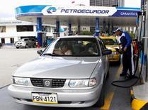 Una gasolinera de Petroecuador en Quito, abr 2 2012. La estatal Petroecuador despidió a unos 300 funcionarios y continuará con el recorte de su nómina como parte de un plan de optimización de gastos, en un intento por sofocar los efectos de los bajos precios del crudo en su operación, dijo el lunes el gerente de la compañía. REUTERS/Gary Granja