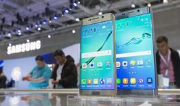 Plus d'un an après avoir entamé le renouvellement de sa gamme de terminaux mobiles, Samsung n'a pas encore enrayé la baisse de ses parts de marché et de ses marges, ce qui pèse sur ses résultats et impatiente certains de ses actionnaires. /Photo prise le 3 septembre 2015/REUTERS/Hannibal Hanschke