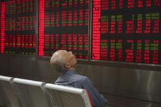 Инвестор в брокерской конторе в Пекине. 21 сентября 2015 года. Развивающиеся рынки истощены в результате самого масштабного за последние 27 лет оттока капитала в 2015 году, и мало кто из глобальных инвесторов испытывает соблазн вернуться в акции, валюту и облигации региона в условиях, когда рост густонаселенных экономик неумолимо снижается. REUTERS/Stringer