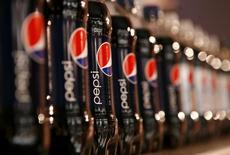 Botellas de bebida Pepsi, a la muestra en una reunión para inversores en Nueva York, 22 de marzo de 2010. PepsiCo Inc reportó ganancias trimestrales mejores a lo esperado, ayudada por una caída en los costos de las materias primas y un alza en las ventas de aperitivos y bebidas en América del Norte. REUTERS/Mike Segar