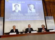 Los profesores Anne L'Huillier (de izquierda a derecha), Goran K. Hansson y Olga Botner, miembros de la academia Nobel hablan con los medios en una conferencia de prensa en Estocolmo el 6 de octubre de 2015. El japonés Takaaki Kajita y el canadiense Arthur B. McDonald ganaron el Premio Nobel de Física 2015 por su descubrimiento de que los neutrinos, unas partículas subatómicas, tienen masa, dijo el organismo de entrega de premios el martes. REUTERS/Fredrik Sandberg/TT News Agency