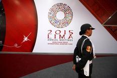 Una policía pasa junto a un afiche alusivo a la reunión del FMI y del Banco Mundial en Lima, oct 5, 2015. El Fondo Monetario Internacional divulgó el martes sus pronósticos para el crecimiento como parte de su Panorama Económico Mundial. Los pronósticos son anuales, en porcentaje y ajustados por inflación.   REUTERS/Mariana Bazo