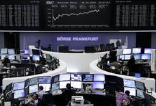 Operadores trabajando en la Bolsa de Fráncfort, Alemania, 5 de octubre de 2015. Las acciones europeas cerraron en alza el martes, extendiendo sus ganancias de la sesión previa, ayudadas por las expectativas de que los bancos centrales de Europa y Estados Unidos mantendrán una política monetaria favorable para el mercado bursátil en los próximos meses. REUTERS/Staff/remote