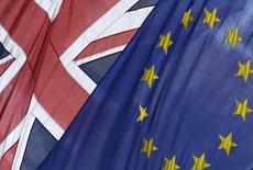 Флаги Великобритании и ЕС в Лондоне. 9 июня 2015 года. Жителей Великобритании, выступающих за то, чтобы страна осталась членом Евросоюза, намного больше, чем тех, кто поддерживает выход из блока, показал опрос общественного мнения, проведенный во вторник ComRes для газеты Daily Mail. REUTERS/Toby Melville