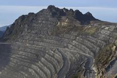 Un camión en un camino de la mina Grasberg de Freeport-McMoRan en Timika, Papúa, feb 15 2015. Freeport-McMoRan Inc, que está bajo la presión de sus accionistas y de los débiles precios de las materias primas, dijo el martes que redujo el tamaño de su directorio y que está explorando desprenderse de sus operaciones de petróleo y gas o buscar asociaciones.   REUTERS/M Agung Rajasa/Antara Foto   Imagen para uso no comercial, ni ventas, ni archivos. Solo para uso editorial. No para su venta en marketing o campañas publicitarias. Esta fotografía fue entregada por un tercero y es distribuida, exactamente como fue recibida por Reuters, como un servicio para clientes.
