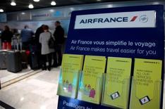 Unos pasajeros en un mostrador de la aerolínea Air France en el aeropuerto de Niza, oct 2 2015. Air France recortará otros 5.000 puestos de trabajo si se pone en práctica una segunda fase del nuevo plan de reducción de costos que quiere llevar a cabo la empresa, dijeron a Reuters el martes dos fuentes sindicales. REUTERS/Eric Gaillard