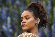 Cantora Rihanna posa durante desfile da Dior em Paris.  2/10/2015.  REUTERS/Charles Platiau
