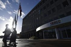 Tesco, première chaîne britannique de supermarchés, affiche un bénéfice semestriel en recul de 55%,  une chute qui atteste de la concurrence féroce des magasins discount. /Photo prise le 8janvier 2015/REUTERS/Toby Melville