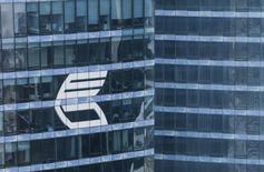 Логотип ВТБ на небоскребе в Москве 17 августа 2015 года. Подконтрольная правительству Казахстана и трем местным миллиардерам люксембургская группа Eurasian Resources Group (ERG), купившая проблемную казахскую горно-металлургическую компанию ENRC в конце 2013 года, договорилась с российским госбанком ВТБ о двух сделках о предэкспортном финансировании примерно на $350 миллионов, сообщила группа в среду. REUTERS/Maxim Shemetov