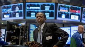Un operador en la bolsa de Wall Street en Nueva York, sep 30, 2015. Las acciones estadounidenses operaban el miércoles con leves ganancias, aunque seguían presionadas por un declive de los papeles del sector de tecnología y por los precios globales del crudo, que frenaron un ascenso de varias sesiones consecutivas.  REUTERS/Brendan McDermid