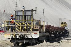 Un tren cargado con cátodos de cobre al interior de la mina Chuquicamata en el norte de Chile, abr 1, 2011. El cobre alcanzó máximos de dos semanas el miércoles pero cerró la sesión sin cambios, luego de que el petróleo cedió sus ganancias y los inversores sopesaron un débil panorama de demanda frente a un pronóstico de un grupo de la industria sobre un déficit del metal el próximo año.  REUTERS/Ivan Alvarado
