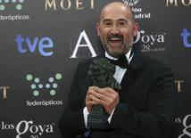 """Javier Camara segura prêmio Goya por """"Viver é Fácil com os Olhos Fechados"""", em Madri.  10/2/2014. REUTERS/Javier Barbancho"""