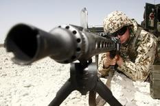 Немецкий военнослужащий в ходе учений к северу от Кабула 30 июня 2008 года. НАТО готово отправить войска для защиты члена альянса Турции от угроз на южных границах после нескольких нарушений воздушного пространства страны российской военной авиацией, сообщил в четверг генсек организации Йенс Столтенберг. REUTERS/Fabrizio Bensch
