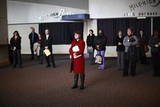 Personas buscando empleo escuchan una presentación en una feria de trabajos de la Asociación de Hospitales de Colorado, en Denver, 9 de abril de 2013. El número de estadounidenses que presentaron nuevas solicitudes de subsidios por desempleo cayó más de lo esperado la semana pasada, a casi un mínimo en 42 años, apuntando a un sólido mercado laboral pese a una reciente debilidad en las contrataciones. REUTERS/Rick Wilking