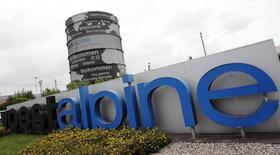 El logo de Voestalpine, en la sede de la compañía en Linz, 5 de agosto de 2014.  La siderúrgica austriaca Voestalpine quiere seguir los pasos de los grandes fabricantes de automóviles en México, donde planea expandirse en los próximos dos años, dijo el presidente ejecutivo de la compañía, Wolfgang Eder. REUTERS/Heinz-Peter Bader