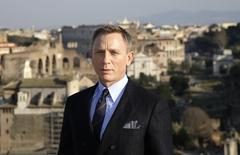 """El actor británico Daniel Craig posa para una fotografía para la cinta """"Spectre"""" en Roma, feb 18, 2015. El actor británico Daniel Craig, que será James Bond por cuarta vez en la película """"Spectre"""" a estrenarse en las próximas semanas, dijo a un periodista que prefería cortarse las muñecas que interpretar al agente 007 de nuevo.  REUTERS/Max Rossi"""