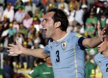 Zagueiro Diego Godín, do Uruguai, comemora gol marcado contra a Bolívia em La Paz pelas eliminatórias para a Copa do Mundo de 2018. REUTERS/David Mercado