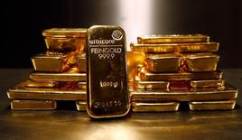 Слитки золота в хранилище ProAurum gold house в Мюнхене 3 марта 2014 года. Цены на золото поднялись до трехнедельного максимума, так как протокол совещания ФРС показал, что она не спешит повышать процентные ставки. REUTERS/Michael Dalder