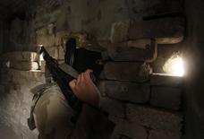 """Боевик ИГИЛ в одном из районов Алеппо. 4 декабря 2013 года. Боевики """"Исламского государства"""" (ИГ) отбили у других повстанцев несколько сирийских деревень недалеко от Алеппо, несмотря на российские авиаудары, которые Москва назвала достигшими цели, сообщили в пятницу наблюдатели. REUTERS/Molhem Barakat"""