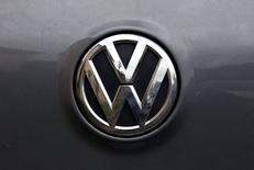 El logo de Volkswagen en un vehículo de la firma en Sídney, oct 8, 2015. La división central de autos de Volkswagen probablemente registrará pérdidas este año debido a que tendrá que lidiar con los costos de la manipulación de pruebas de emisiones de motores diésel, dijeron el viernes dos fuentes de la compañía.   REUTERS/David Gray