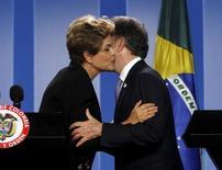Presidente Dilma Rousseff beija presidente da Colômbia, Juan Manuel Santos, após entrevista coletiva em Bogotá. 09/10/2015 REUTERS/John Vizcaino