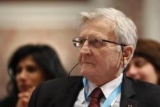 En la imagen de archivo, el ex presidente del Banco Central Europeo (BCE) Jean-Claude Trichet asiste a una conferencia de integrantes de bancos centrales organizada por el Banco de Francia en París, el 7 de noviembre de 2014. Un informe del Grupo de los Treinta, un órgano internacional liderado por el ex presidente del Banco Central Europeo Jean-Claude Trichet, advirtió el sábado que tasas de interés de cero y la impresión de dinero no son suficientes para reactivar el crecimiento económico y que se arriesgan a volverse medidas semipermanentes. REUTERS/Charles Platiau  (FRANCE - Tags: BUSINESS HEADSHOT) - RTR4D92P