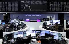 Les Bourses européennes marquent le pas à la mi-séance lundi. À Paris, le CAC 40 cède 0,36% à 4.684,65 points vers 9h45 GMT. Le FTSE cède 0,45% à Londres mais le Dax conserve un gain de 0,23% à Francfort, porté par les services aux collectivités.  /Photo prise le 12 octobre 2015/REUTERS