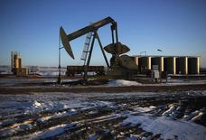 Нефтяной станок-качалка в Уиллистоне. 12 марта 2013 года. Цены на нефть растут, так как министр нефтяной промышленности Кувейта предсказал более высокие цены в будущем году, а ОПЕК повысила прогноз спроса на свою нефть. REUTERS/Shannon Stapleton