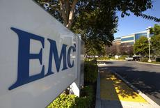Dell a annoncé lundi le rachat d'EMC pour 67 milliards de dollars (59 milliards d'euros), une opération d'un montant sans précédent dans le secteur des hautes technologies, qui permet au groupe informatique de réduire sa dépendance au marché du PC et de se développer dans le segment plus lucratif de la gestion et du stockage de données d'entreprise. /Photo prise le 7 ocotobre 2015/REUTERS/EMC
