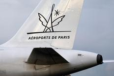 Aéroports de Paris au rang des valeurs à suivre mardi à la Bourse de Paris. Le groupe a annoncé lundi viser d'ici 2020 une forte hausse de son excédent brut d'exploitation (Ebitda) et de son endettement, en investissant massivement pour moderniser ses terminaux tout en augmentant les recettes de ses boutiques. /Photo d'archives/REUTERS/Charles Platiau