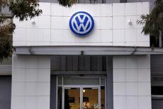 Volkswagen réduira les investissements de sa marque VW d'un milliard d'euros par an et accélèrera son programme de réduction des coûts pour amortir les charges induites par le scandale des tests d'émissions truqués. /Photo prise le 7 octobre 2015/REUTERS/David Gray