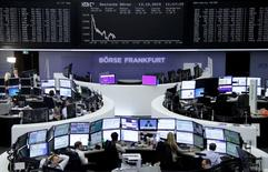 Operadores trabajando en la Bolsa de Fráncfort, 13 de octubre de 2015. Las bolsas europeas abrieron el martes con caídas, en línea con las pérdidas en Asia, aunque las acciones de SABMiller saltaban después de que la firma aceptó la propuesta de adquisición de su rival Anheuser-Busch de 68.000 millones de libras (104.480 millones de dólares). REUTERS/Staff/remote